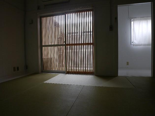 シェアハウス滝子(1号室):個室のドア。部屋の中から通路を見る。