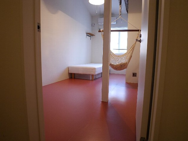 A号室。ハンモックがあり不思議な無重力を体感できる。