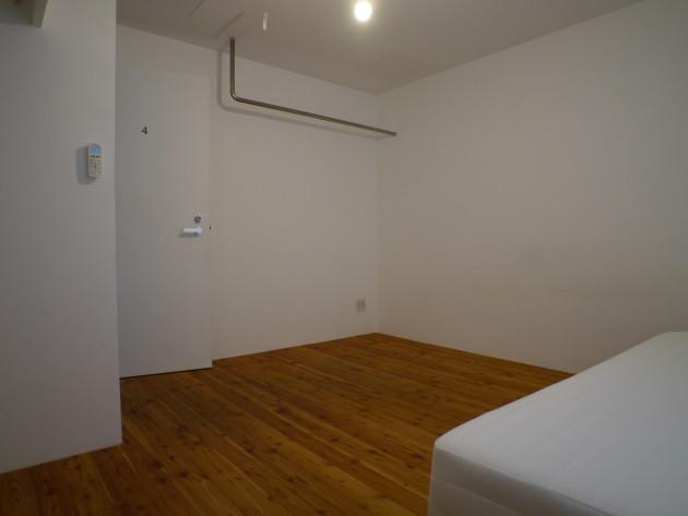 シェアハウス名古屋・LT城西、4号室。個室の様子。室内用物干し。