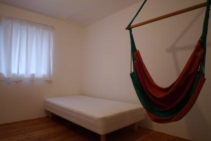 個室にハンモック!名古屋シェアハウスLT城西2号室。社会人限定!シェアハウス。年齢上限無し!シェアハウス。窓は西向き。