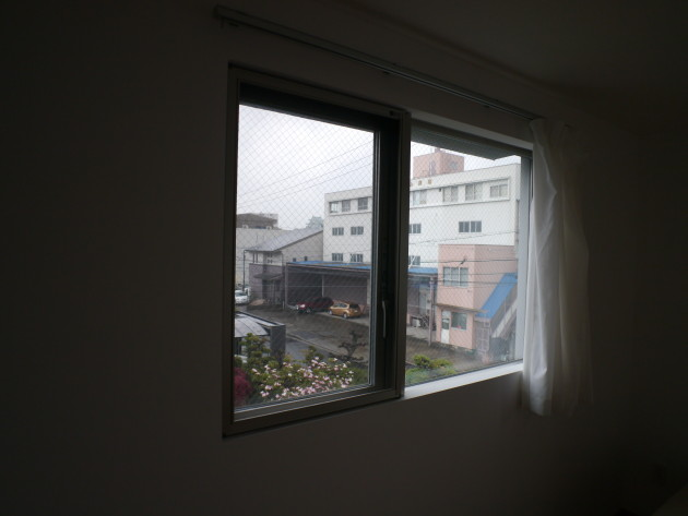 社会人限定シェアハウスLT城西10号室。名古屋城天守閣がちらりと見える。個室の様子。